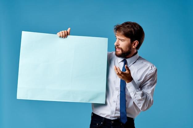 Geschäftsmänner blaue blattpräsentation, die blauen hintergrund annonciert
