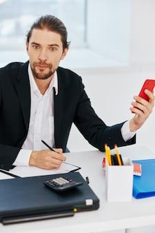 Geschäftsmänner büroarbeitsdokumente mit einem telefon in der handtechnologie