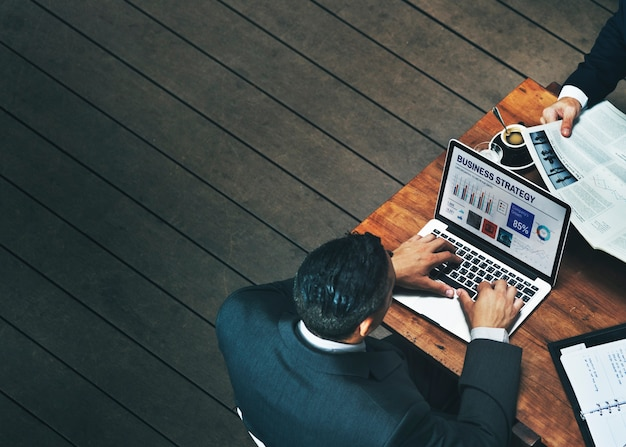 Geschäftsmänner, die café cofee-laptop-konzept bearbeiten