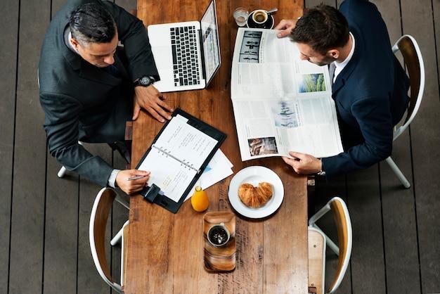 Geschäftsmänner, die café-frühstückskonzept bearbeiten