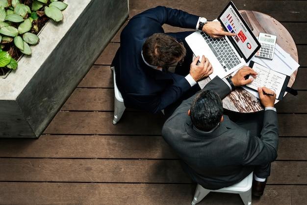 Geschäftsmänner, die diskussions-verbindungs-konzept treffen