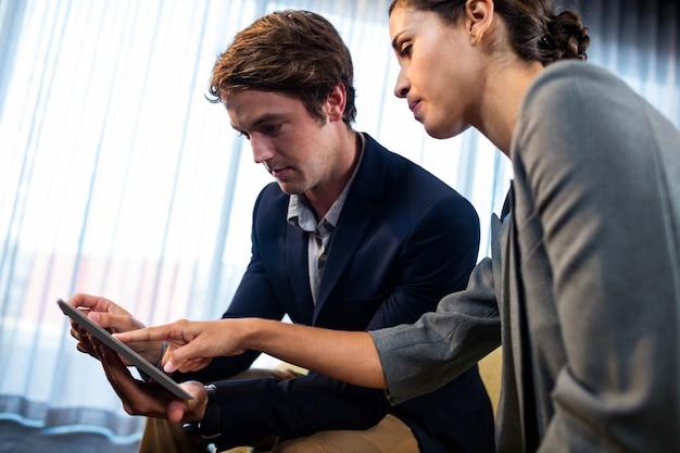 Geschäftsmänner, die eine tablette verwenden