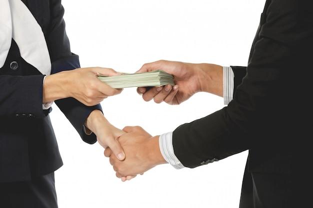 Geschäftsmänner, die händedruck mit geld in den händen machen