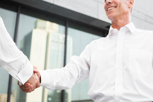 Geschäftsmänner, die handnahaufnahme rütteln