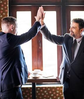Geschäftsmänner, die hoch fünf geben