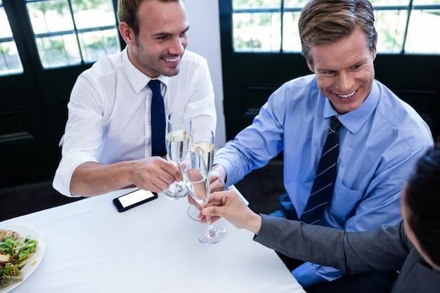 Geschäftsmänner, die mit champagner rösten
