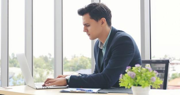 Geschäftsmänner, die notizbuch verwenden und füllen sich ernsthaft über die arbeit, die bis die kopfschmerzen erledigt wird