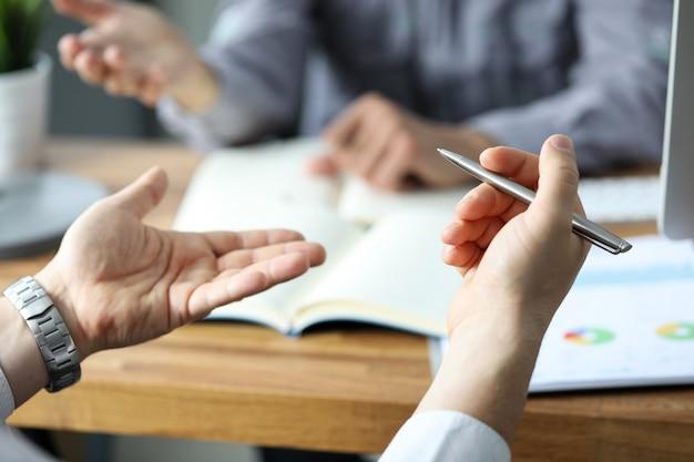 Geschäftsmänner im büro fragen besprechend