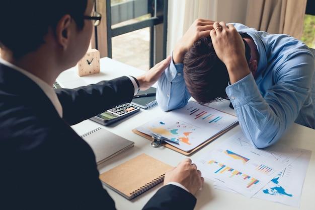 Geschäftsmänner regen an geschäftsmann, der aufmunternden freund tröstet. trösten eines arbeitskollegen. ermutigungskonzept