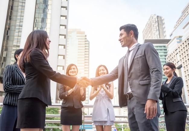 Geschäftsmänner rütteln hände, um geschäftsvereinbarung zusammen zu erreichen