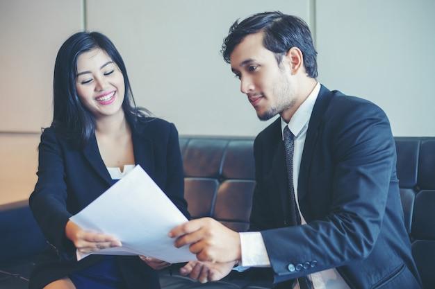 Geschäftsmänner und geschäftsfrauen, die dokumente und ideen im sitzungs- und vorstellungsgesprächkonzept besprechen