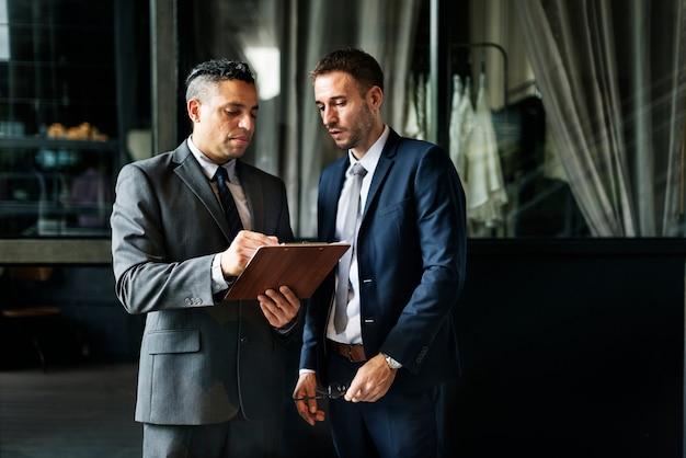 Geschäftsmänner, welche die diskussion analysieren planungskonzept treffen