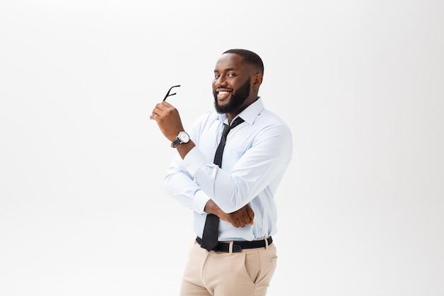 Geschäftsmann afroamerikaner mit gläsern denkt auf lokalisiertem weißem hintergrund