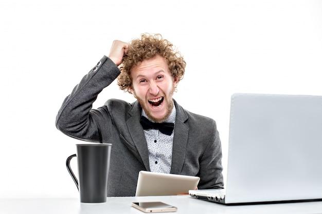 Geschäftsmann am arbeitsplatz arbeiten, depressionen und krise