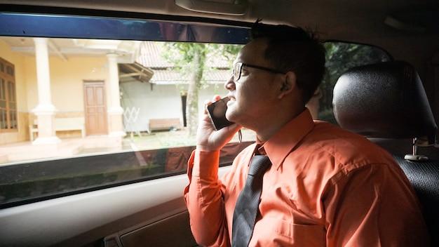 Geschäftsmann am telefon im auto