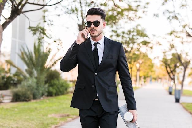 Geschäftsmann am telefon im park