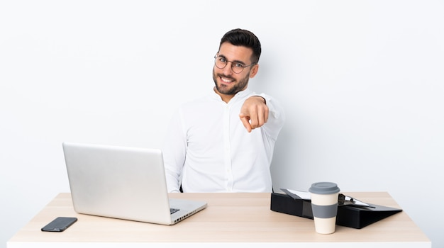 Geschäftsmann an einem arbeitsplatz mit einem laptop