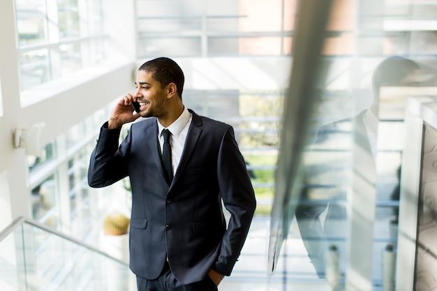 Geschäftsmann an einem telefon