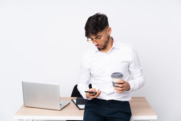 Geschäftsmann an seinem arbeitsplatz