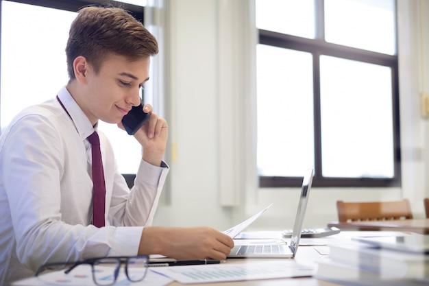 Geschäftsmann analysieren investitionsmarketing-daten.