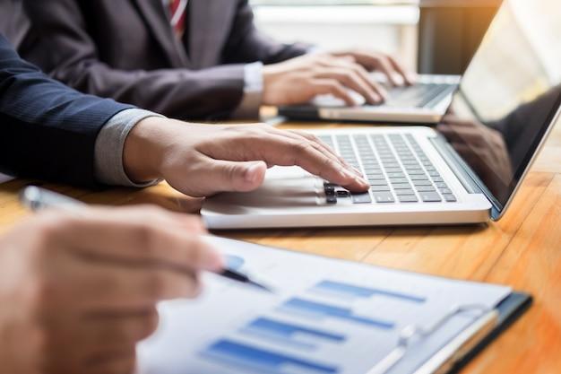 Geschäftsmann analysiert bericht von profitfinanzierung daten grafik dokument in seinem büro.