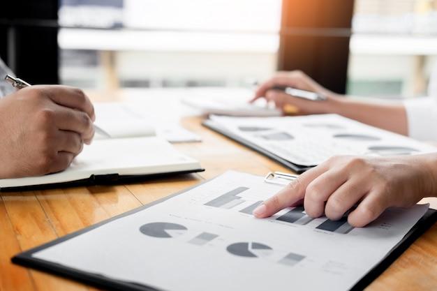 Geschäftsmann analysierte bericht des profitfinanzierungs-datendiagramm-dokuments in seinem büro.