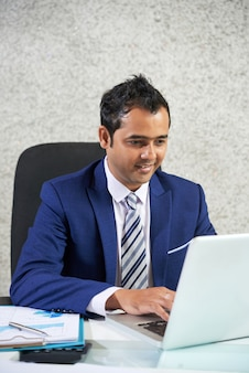 Geschäftsmann, arbeiten am laptop