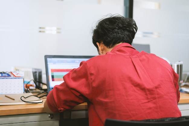 Geschäftsmann, arbeiten im büro