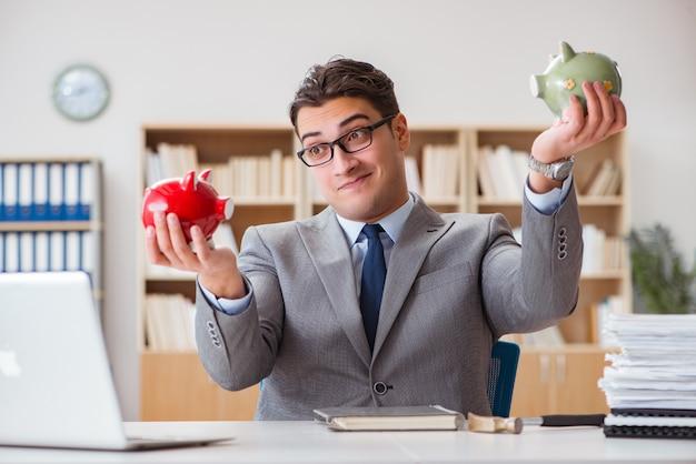 Geschäftsmann auf der suche nach seinen ersparnissen mit sparschwein