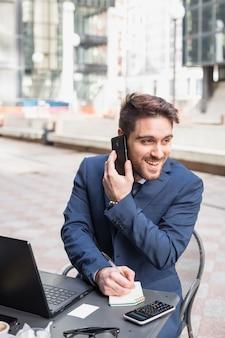 Geschäftsmann auf einer terrasse