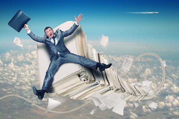 Geschäftsmann auf stapel papierkram