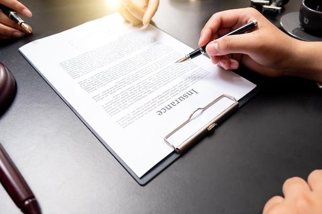 Geschäftsmann aus nächster nähe und männlicher anwalt oder richter beraten sich bei teambesprechungen mit dem konzept der kunden-, rechts- und rechtsdienstleistungen.