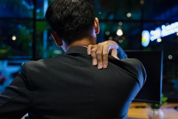 Geschäftsmann bei der arbeit leiden unter schulterschmerzen