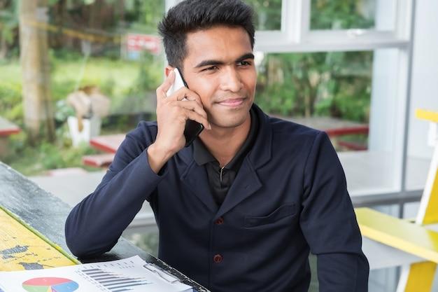 Geschäftsmann benutzen ein smartphone