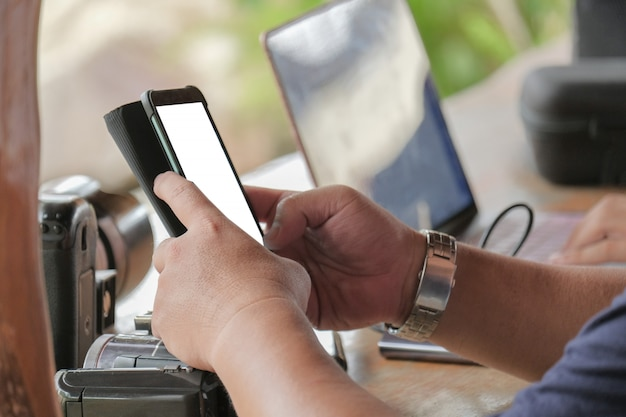 Geschäftsmann benutzt ein smartphone