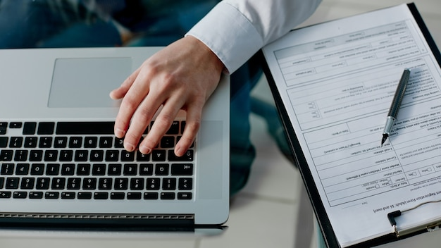Geschäftsmann benutzt einen laptop, um mit dokumenten zu arbeiten