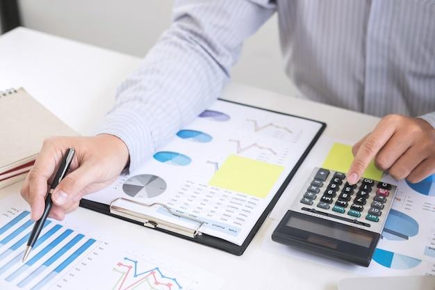 Geschäftsmann berechnet und analysiert mit aktienfinanzindizes und finanziellen kosten
