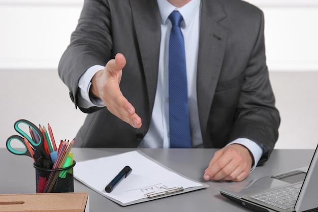 Geschäftsmann bereit, hand im büro zu rütteln