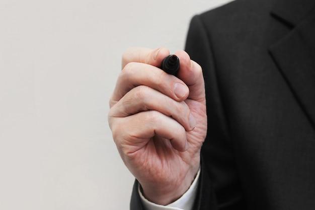 Geschäftsmann bereitete vor sich, auf virtuellen schirm oder glas in büro zu schreiben.