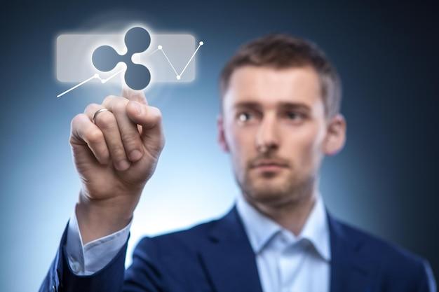 Geschäftsmann berührt ein welligkeitssymbol auf dem webpanel