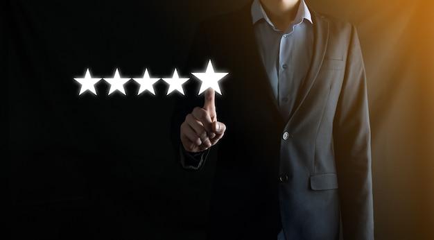 Geschäftsmann bewertet einen virtuellen dienst mit fünf sternen. erhöhen sie das ranking und die bewertung