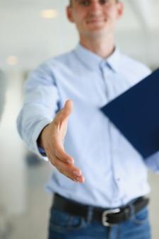 Geschäftsmann bieten hand an, um als hallo in der büro-nahaufnahme zu schütteln