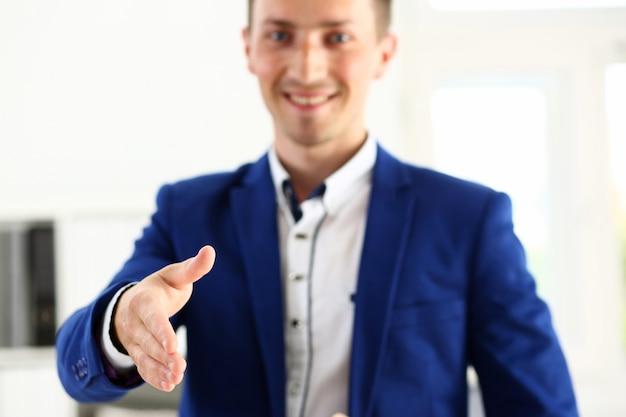 Geschäftsmann bieten hand, um als hallo im büro zu schütteln