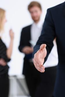 Geschäftsmann bieten hand zum schütteln als hallo nahaufnahme