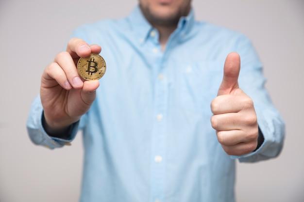 Geschäftsmann bietet bitcoin in der hand an