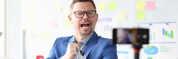 Geschäftsmann-blogger führt remote-schulungen zum konzept von schulungskursen zur geschäftsentwicklung durch