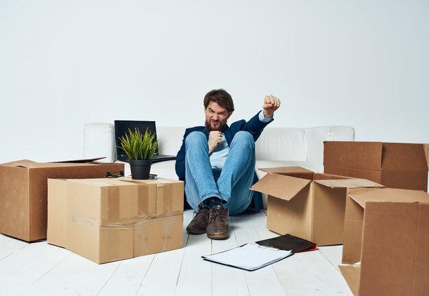 Geschäftsmann, büro, das dinge packt, die neuen job-profi bewegen moving