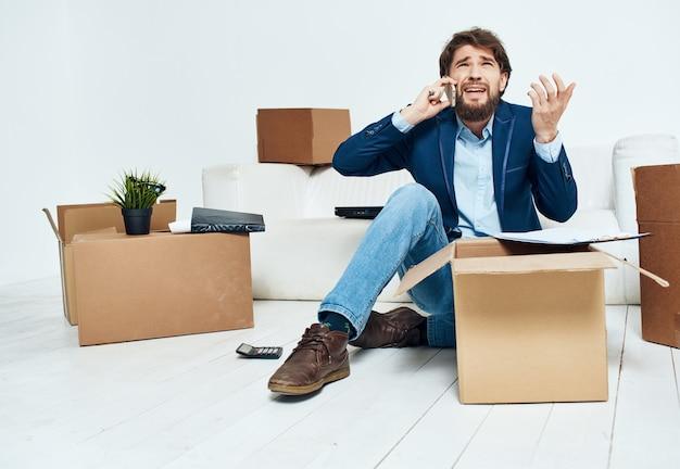 Geschäftsmann büro umzug neuen arbeitsplatzes auspacken beamte