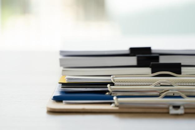 Geschäftsmann büroangestellter arbeitsvertrag mit dokumenten stapel akten papier und gesetz