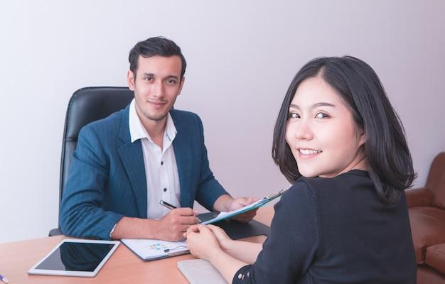 Geschäftsmann-büroangestellter lächelt in der teambesprechung und im vorstellungsgespräch